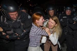 """Закованные в латы """"рыцари"""" против девчушек"""