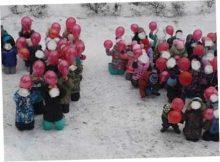 Фото с детьми на коленях в снегу
