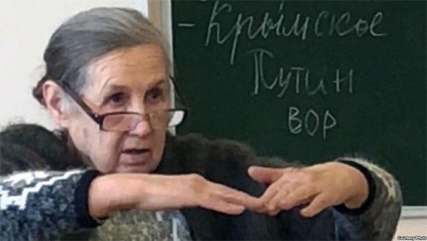 Пишут «Путин вор» на доске